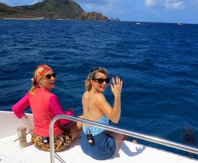 Angélica e Mariana Ximenes passearam de barco para conhecer os golfinhos de Noronha (Foto: Ana Clara Marinho / TV Globo)