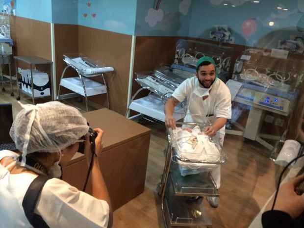 Jonathan Costa festejando o nascimento de Salvatore, seu filho com Antonia Fontenelle (Foto: Ego)