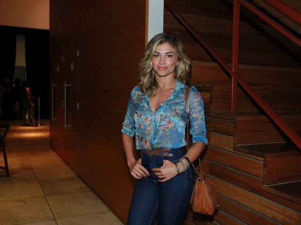 Grazi Massafera em teatro na Zona Sul do Rio (Foto: Marcello Sá Barretto/ Ag. News)