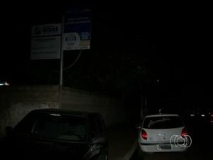Estudantes reclamam de escuridão na porta de escola, em Nova Glória, Goiás (Foto: Reprodução/TV Anhanguera)