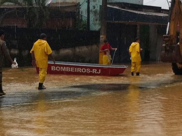 Idosos e doentes são resgatados de barco em Caxias (Foto: Alba Valéria Mendonça / G1)