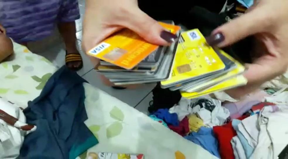 Polícia encontrou vários cartões de banco com um dos suspeitos presos na Paraíba (Foto: Lucas Sá/Polícia Civil da Paraíba)
