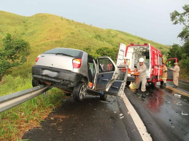 Carro invadiu barra de ferro que é fixada na curva da rodovia (Foto: Divulgação/Gilmar Sana)