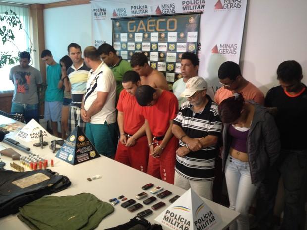 Detidos foram apresentados durante coletiva na 9ª Risp, em Uberlândia (Foto: Fernanda Resende/G1)