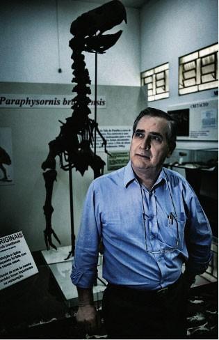 O SÁBIO E SUA FERA Alvarenga, ao lado  do esqueleto da ave do terror exposta  no museu de Taubaté. Ele achou seus  fósseis em 1977.  Eles são raríssimos  (Foto: Guilherme Zauith/ÉPOCA)