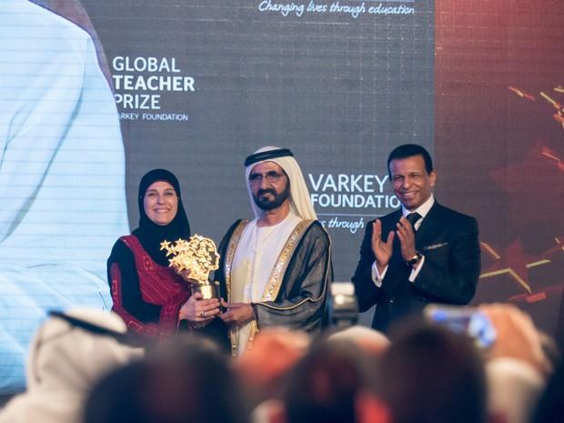Hanan é premiada com o Global Teache Prize em Dubai; a vencedora foi anunciada pelo Papa Francisco (Foto: Divulgação/ Varkey Foundation)