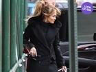 Look do dia: Jennifer Lopez não abre mão do saltão em dia frio em NY
