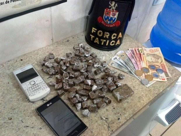 Foram apreendidos drogas, celulares e dinheiro na operação (Foto: Divulgação/Polícia Militar)