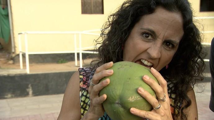 Na praça do bairro de São Gonçalo, Maria Menezes conhece vendedor de coco pitoresco (Foto: TV Bahia)