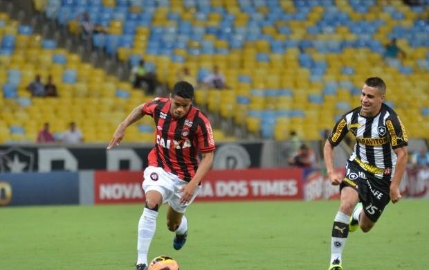 Léo lateral-direito do Atlético-PR Botafogo (Foto: Site oficial do Atlético-PR/Gustavo Oliveira)