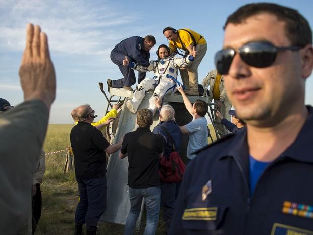 Equipe de solo ajuda o cosmonauta Anton Shkaplerov a sair da cápsula Soyuz TMA-15M após pouso perto de Zhezkazgan, no Cazaquistão (Foto: Bill Ingalls/Nasa/Reuters)