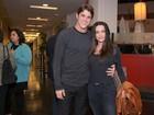 Cleo Pires recebe carinho do namorado e da família no cinema