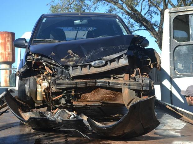 Frente do carro ficou destruída com a colisão  (Foto: José Hercilio/Taguai Notícias)