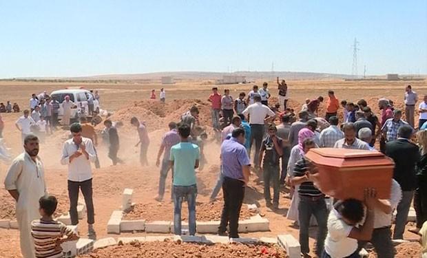 Caixões de crianças sírias que morreram afogadas junto à mãe na Turquia são carregados durante funeral em Kobane nesta sexta-feira (4) (Foto: AP)