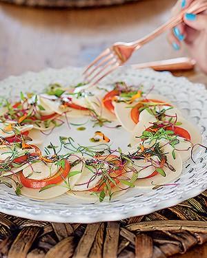 Salada caprese com pupunha e pesto, do bufê Duas Gastronomia. Talheres de cobre D. Filipa (Foto: Rogério Voltan/Editora Globo)