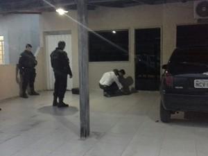 Perícia verifica rastros de sangue na varanda da casa onde houve o crime (Foto: Cleo Subtil/Arquivo pessoal/Divulgação)