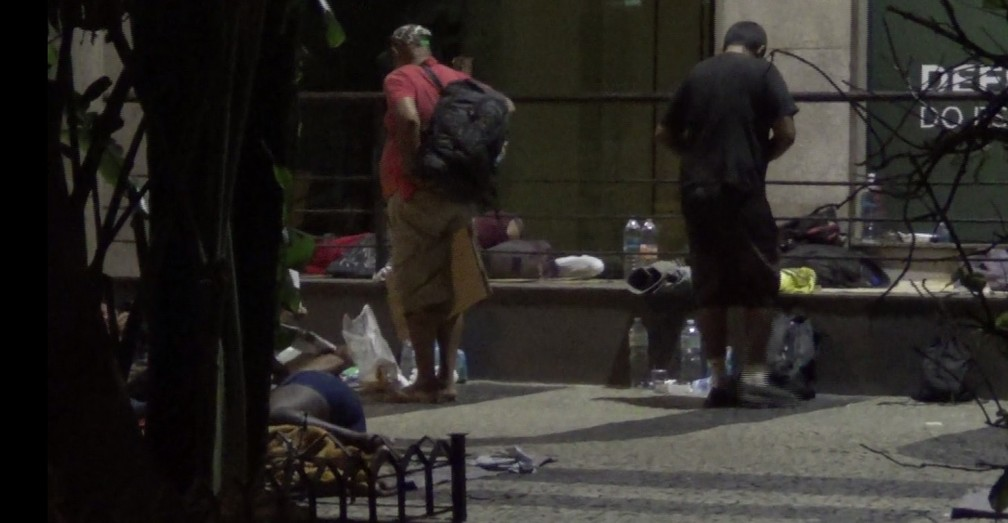 Moradores de rua dormem em frente à Defensoria Pública; muitos se arrumam ali antes de irem trabalhar (Foto: Bruno Albernaz / G1)
