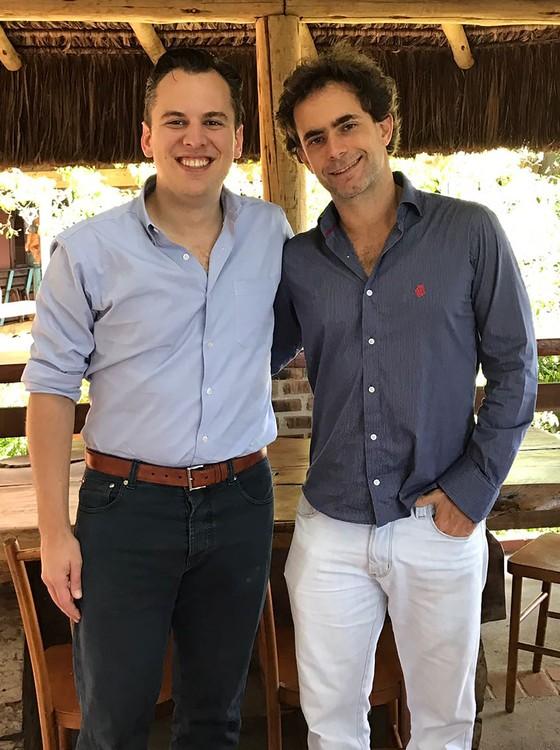 Mike Krieger é recebido por João Hermeto no restaurante Aprazível, no Rio (Foto: Divulgação)