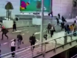 Vídeo mostra passageiros fugindo em pânico do aeroporto de Bruxelas. (Foto: BBC)