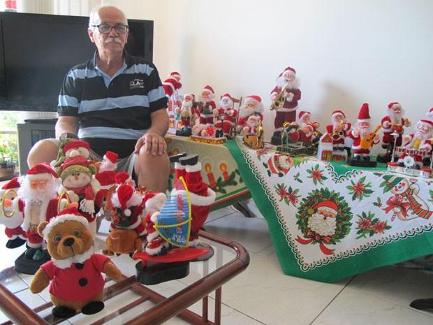 Dalton coleciona papais noeis musicais há mais de 10 anos (Foto: Mariane Rossi/G1)