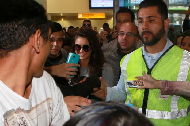 Nina Dobrev, de Vampire Diares, é recebida por fãs no aeroporto (Foto: Dilson Silva / Agnews)