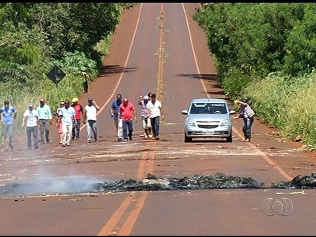Ex-funcionários de usina bloquearam rodovia durante 8h (Foto: Reprodução/TV Anhanguera)