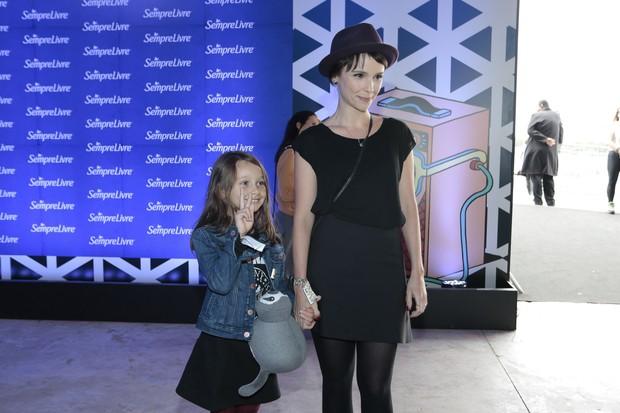 Débora Falabella com a filha (Foto: Manuela Scarpa e Rafael Cusato / Brazil News)