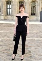 Dakota Johnson, de '50 tons de cinza', vai a desfile na semana de Paris