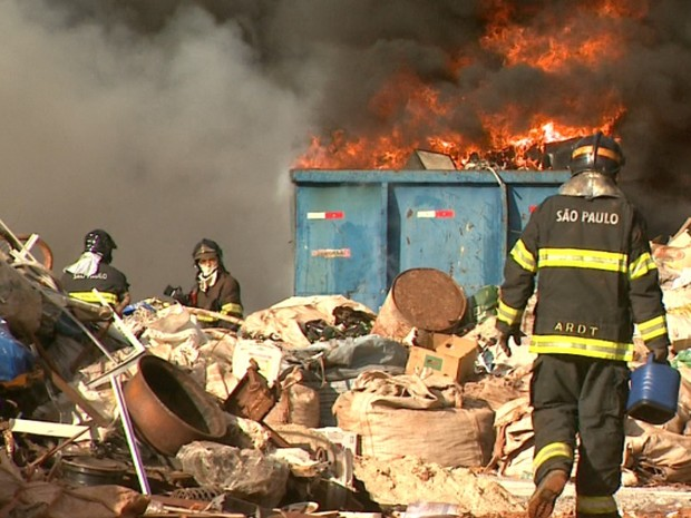 Incêndio atingiu depósito de materiais recicláveis em Ribeirão Preto, SP (Foto: Márcio Meirelles/EPTV)
