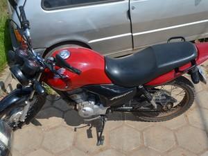 Motocicleta foi encontrada com ooutro suspeito (Foto: Thiago J. Cabral)