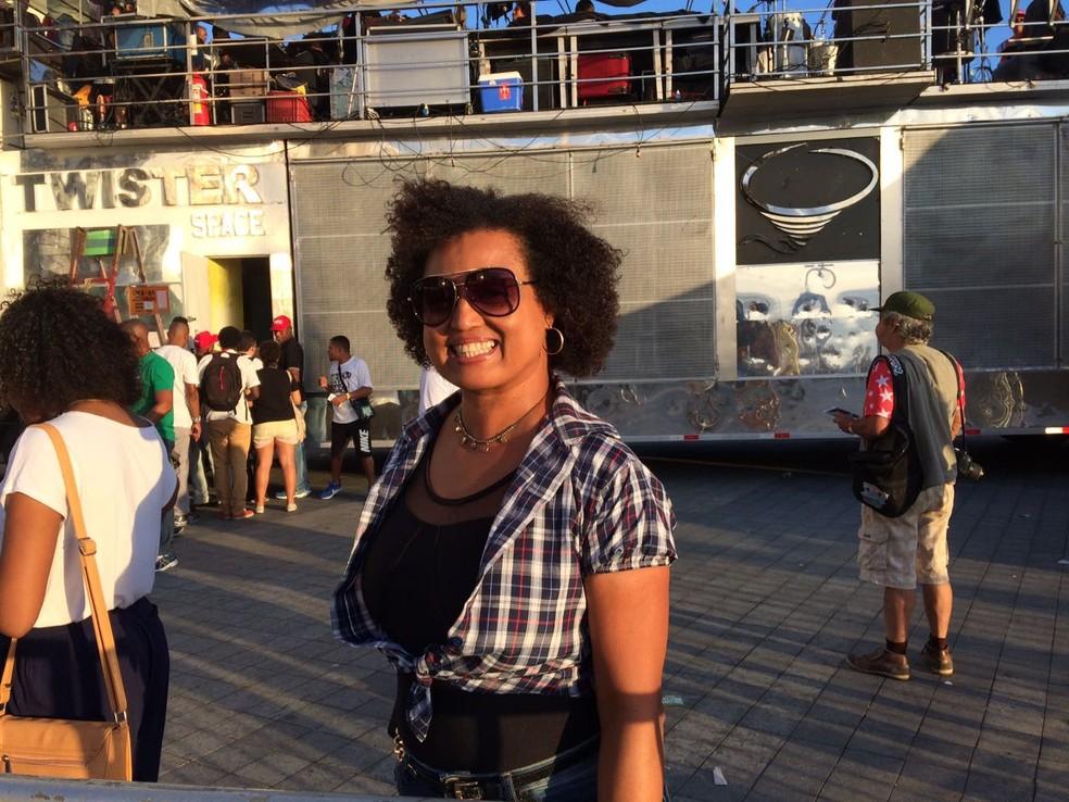 Atriz Tânia Tôko foi ao ato no Farol da Barra (Foto: Maiana Belo/G1 Bahia)