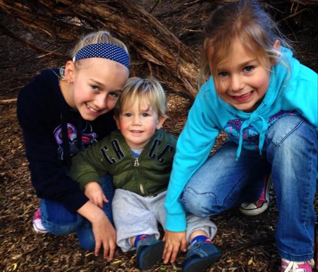 Lachlan e suas duas irmãs: Chloe, de 9, e Jessica, de 6 anos. (Foto: Reprodução/Facebook/Michelle Lever)
