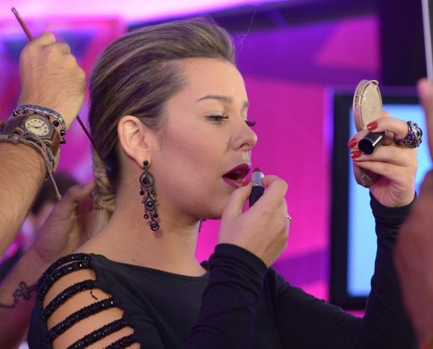 Fê souza retoca maquiagem e cabelo antes de começar o Tira-teima (Foto: Camila Serejo/Gshow)