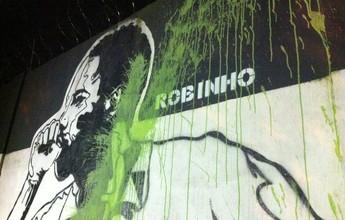 Imagem de Robinho no muro do CT do Santos é vandalizada