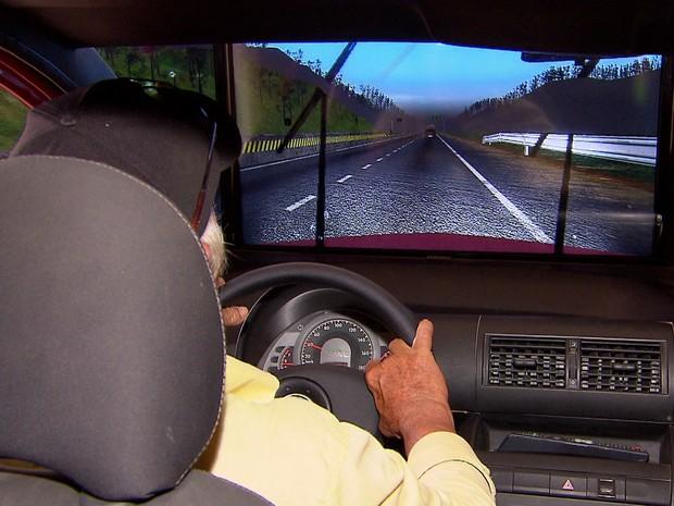 Alunos devem fazer teste prático em simulador para tirar a carteira B (Foto: Reprodução/TV Globo)