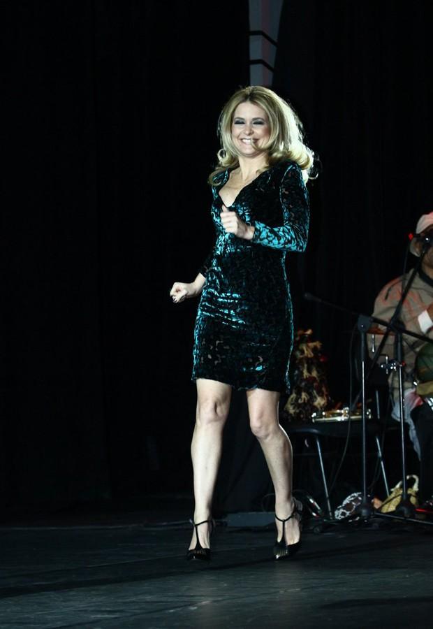 Cláudia Abreu sobe ao palco em premiação (Foto: Raphael Mesquita/Foto Rio News)