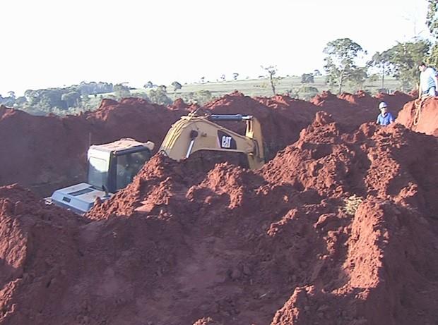 Retroescavadeira ajudou na retirada de terra e localizar operários (Foto: Reprodução / TV TEM)