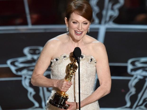 Após cinco indicações, Julianne Moore finalmente recebeu o Oscar de melhor atriz pelo filme 'Para sempre Alice' (Foto: John Shearer/Invision/AP)