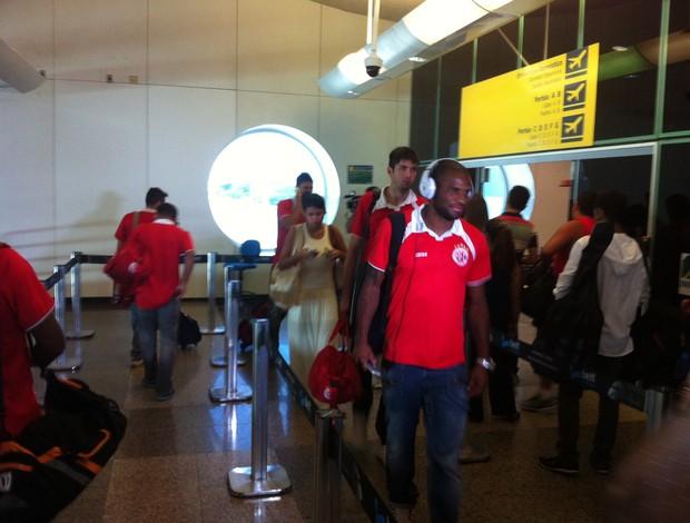 Delegação do América-RN embarcou para a capital paulista nesta quinta-feira (Foto: Jocaff Souza)