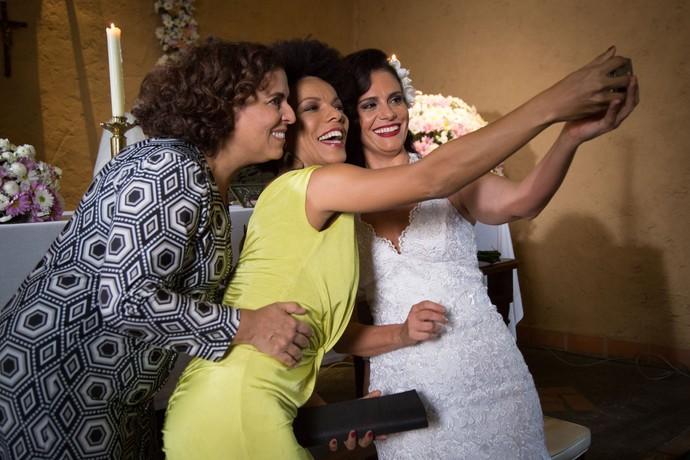 Pausa para a selfie nos bastidores do casamento de Rosângela (Malu Galli) (Foto: Gshow)