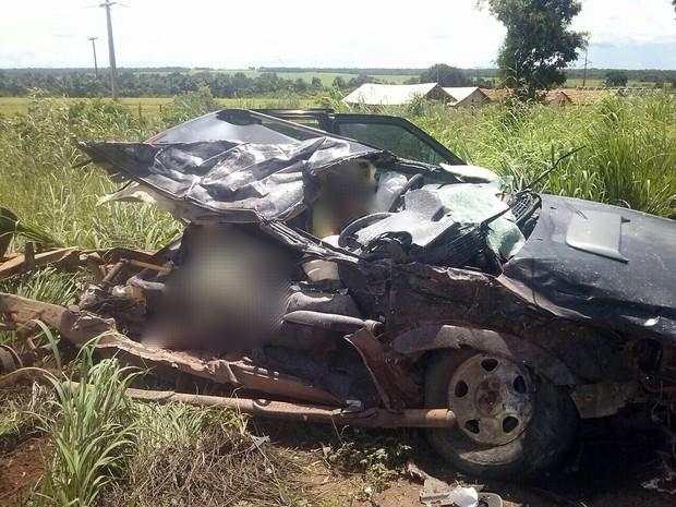 Caminhonete ficou destruída após a colisão; duas pessoas morreram (Foto: Arquivo Pessoal)
