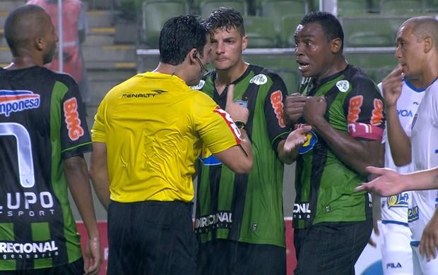 Após marcar seu gol no jogo, Obina reclama demais e acaba expulso (Foto: Reprodução / Premiere)