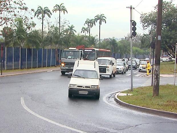 Trânsito ficou lento em acesso a zona oeste de Ribeirão Preto, SP (Foto: Paulo Souza/EPTV)