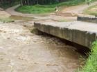 Tempestade destrói ponte e deixa bairro totalmente isolado em SP