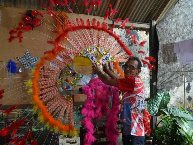 Carnavalesco do bloco, Nenê é responsavel pela confecção das fantasias dos destaques (Foto: Aritana Aguiar/G1)
