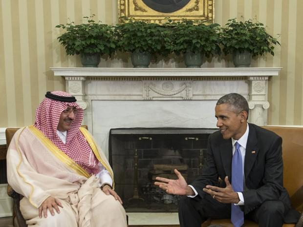 O presidente dos EUA, Barack Obama, recebe o príncipe saudita Mohammed bin Nayef no Salão Oval da Casa Branca, em Washington, na quarta (13) (Foto: AFP Photo/Nicholas Kamm)