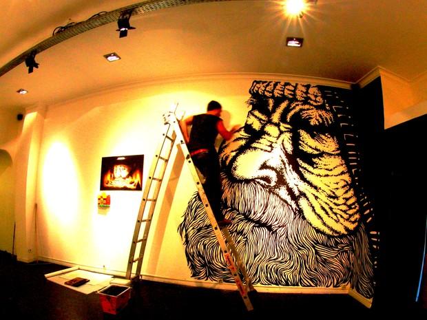 Projeto com moradores de rua rendeu exposições internacionais ao artista de São Carlos (Foto: Alfredo Maffei/Arquivo Pessoal)