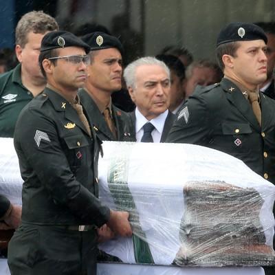 Caixão Chapecoense, velório Chapecó Michel Temer (Foto: Reuters)