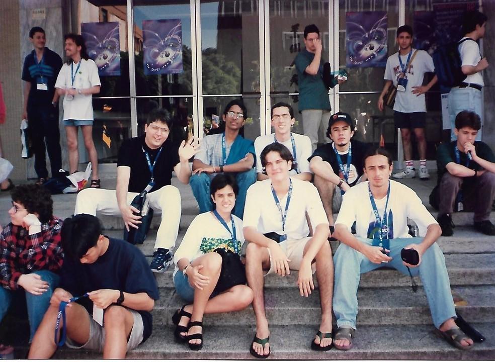 Daniele Veras, na época com 17 anos, com a delegação brasileira que participou da IMO 1998, em Taiwan (Foto: Arquivo pessoal)