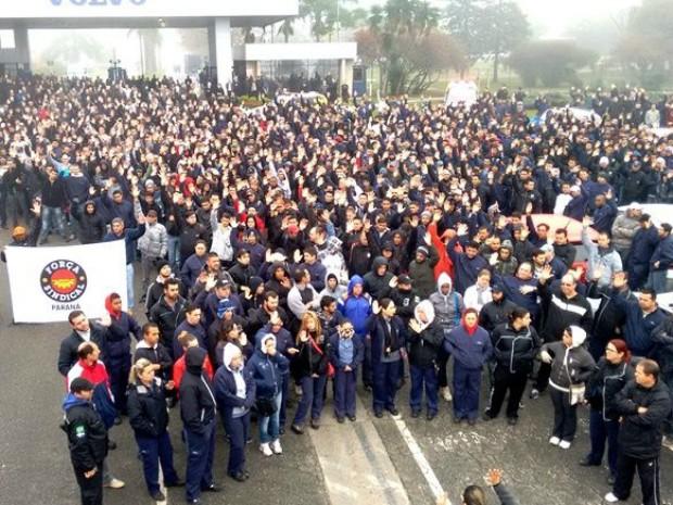 Metalúrgicos da Volvo encerraram a grever nesta segunda-feira (1º) (Foto: Sindicato dos Metalúrgicos da Grande Curitiba / Divulgação)